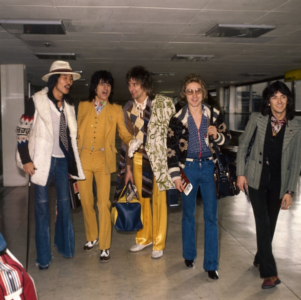 24th January 1974:  Rod Stewart with the Faces at London Airport. From left to right are: Tetsu Yamauchi, Ron Wood, Rod Stewart, Kenny Jones, and Ian McLagan.  (Photo by Dennis Stone/Express/Getty Images)